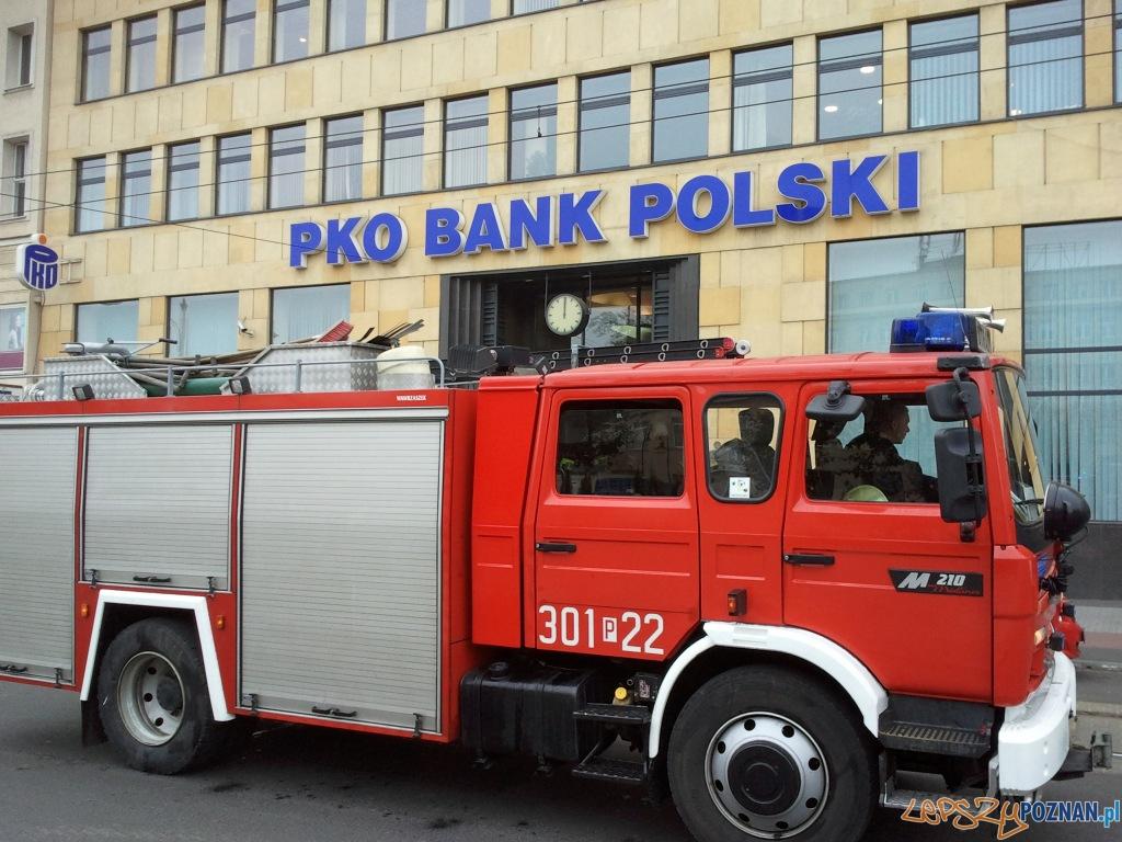 Próbna ewakuacja PKO na placu Wolności - 2010.10.14 r.  Foto: gsm: Marek