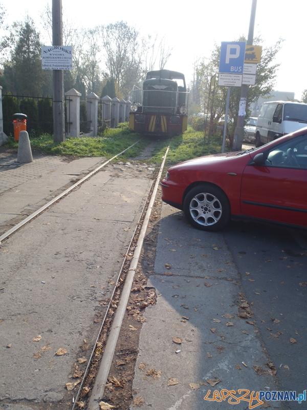 Fiat blokuje torowisko na ulicy Wiśniowej - Poznań 4.11.2011 r.  Foto: Straż Miejska