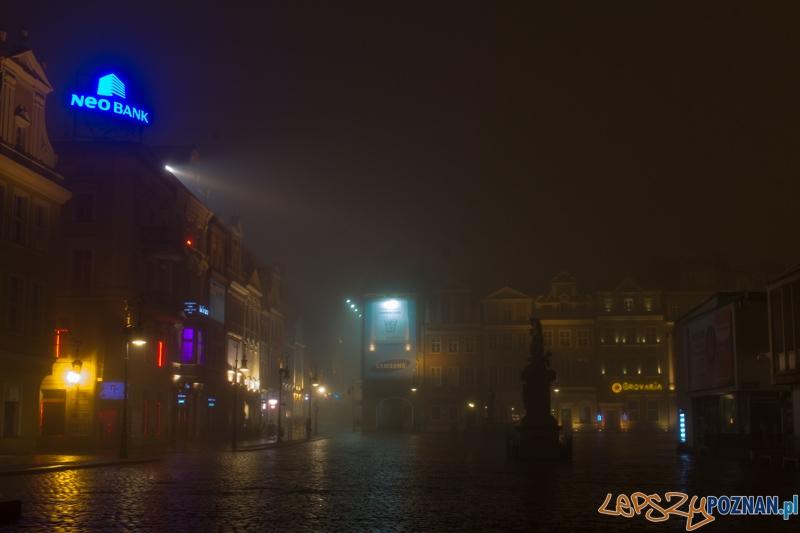 Mgła w Poznaniu - Stary Rynek  Foto: lepszyPOZNAN.pl / Piotr Rychter