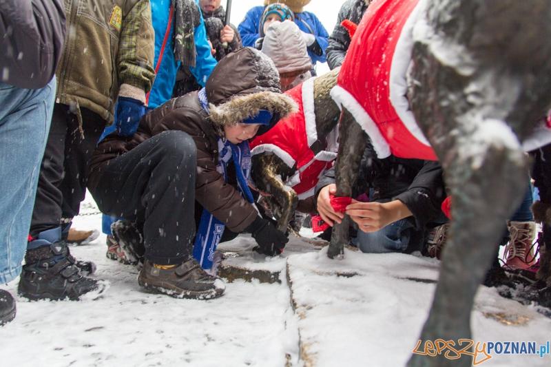 Dzieci ze szkoły podstawowej nr 82 pomagały ubrać koziołki przed Urzędem Miasta  Foto: lepszyPOZNAN.pl / Piotr Rychter