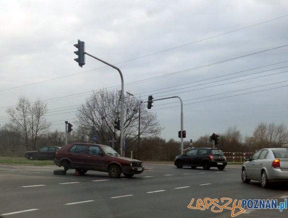 Wymiana koła na środku skrzyżowania  Foto: Piotr