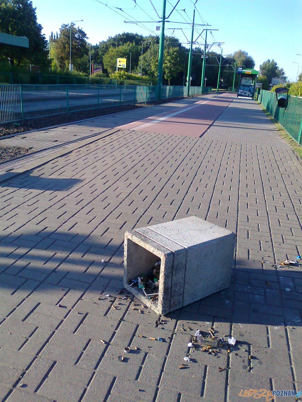 Zdemolowany przystanek na Rondzie Starołęka  Foto: NishioPoznan