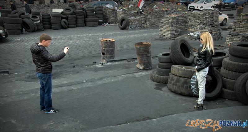 Słitfocie pięknych Ukrainek na tle barykad i spalonych opon to już rewolucyjna codzienność.   Foto: lepszyPOZNAN.pl / Mathias Mezler