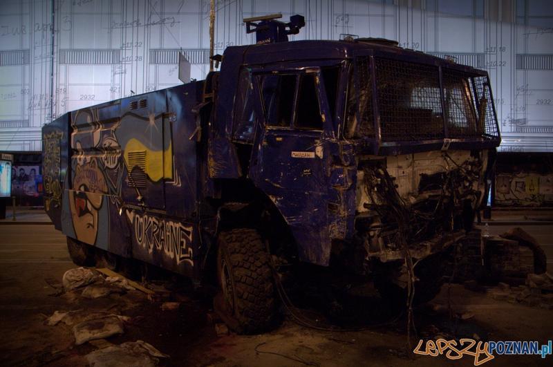 Na jednej z barykad stoi zniszczony wóz Berkutu odbity przez demonstrantów. Grafficiarze postanowili go upiększyć.   Foto: lepszyPOZNAN.pl / Mathias Mezler