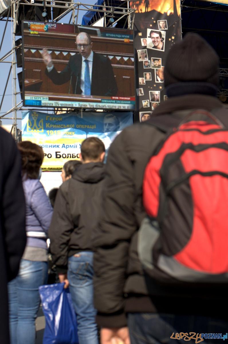 Scena Majdanu to też punkt zbiorczy, gdzie można na telebimach obejrzeć ważne przemówienia i orędzia. Tutaj Kijowianie wysłuchujący przemówienia premiera Jaceniuka w miesiąc od objęcia przez niego stanowiska premiera Ukrainy.   Foto: