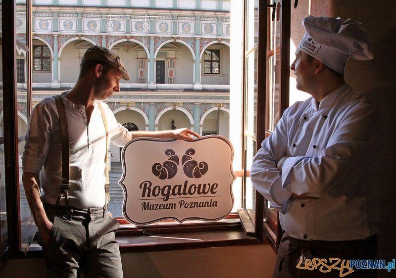Wuja Biniu i Rogalowy Mistrz_w oknie Rogalowego Muzeum Poznania  Foto: UMP