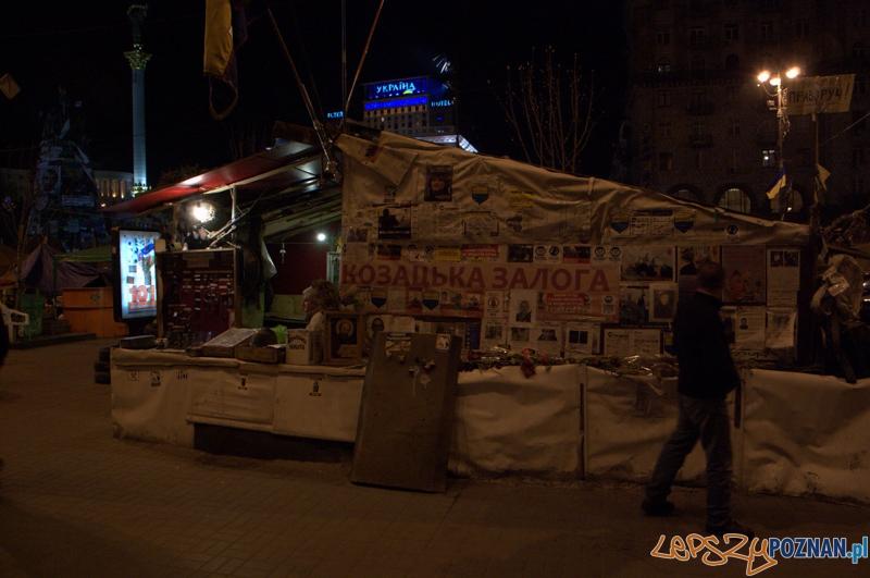 W jednym z majdańskich namiotów zostało utworzone małe muzeum czynne całą dobę. Skromna ekspozycja ukazuje broń, której używał Berkut przeciwko demonstrantom. Do dyspozycji przechodniów jest dyżurująca osoba, która postara się odpowiedzieć na wszystkie pytania.  Foto: lepszyPOZNAN.pl / Mathias Mezler