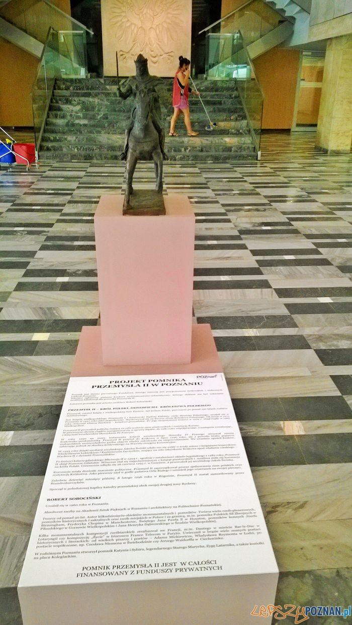 Miniaturka pomnika Przemysła II w holu Urzędu Wojewódzkiego  Foto: