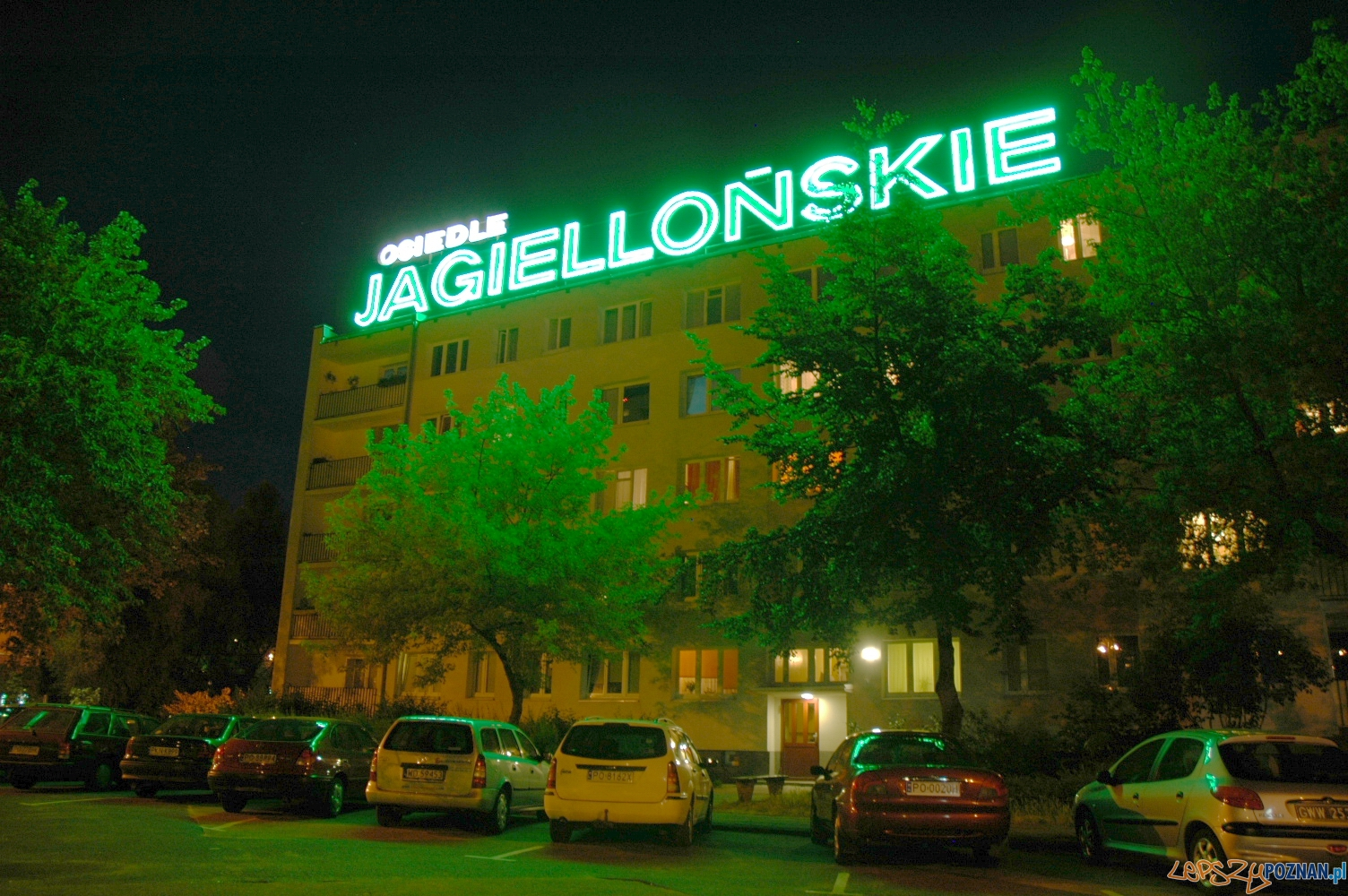 Jeden z ostatnich działających neonów na Ratajach – Osiedle Jagiellońskie blok nr 1-2  Foto: wikipedia