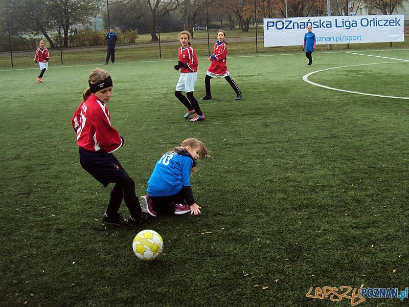 Dziewczyny grają w futbol  Foto: SP Dąbrowa