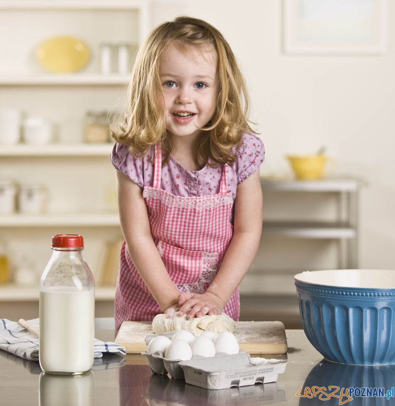 Little girl baking  Foto: Andersen Ross/auchan