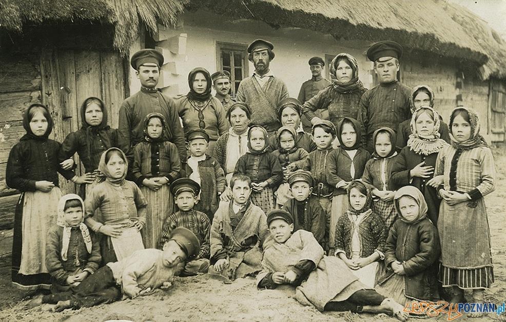Mieszkańcy wsi Szuszki koło Kowla na Wołyniu, listopad 1916  Foto:  Zdjęcie ze zbiorów Tomasza Kuby Kozłowskiego