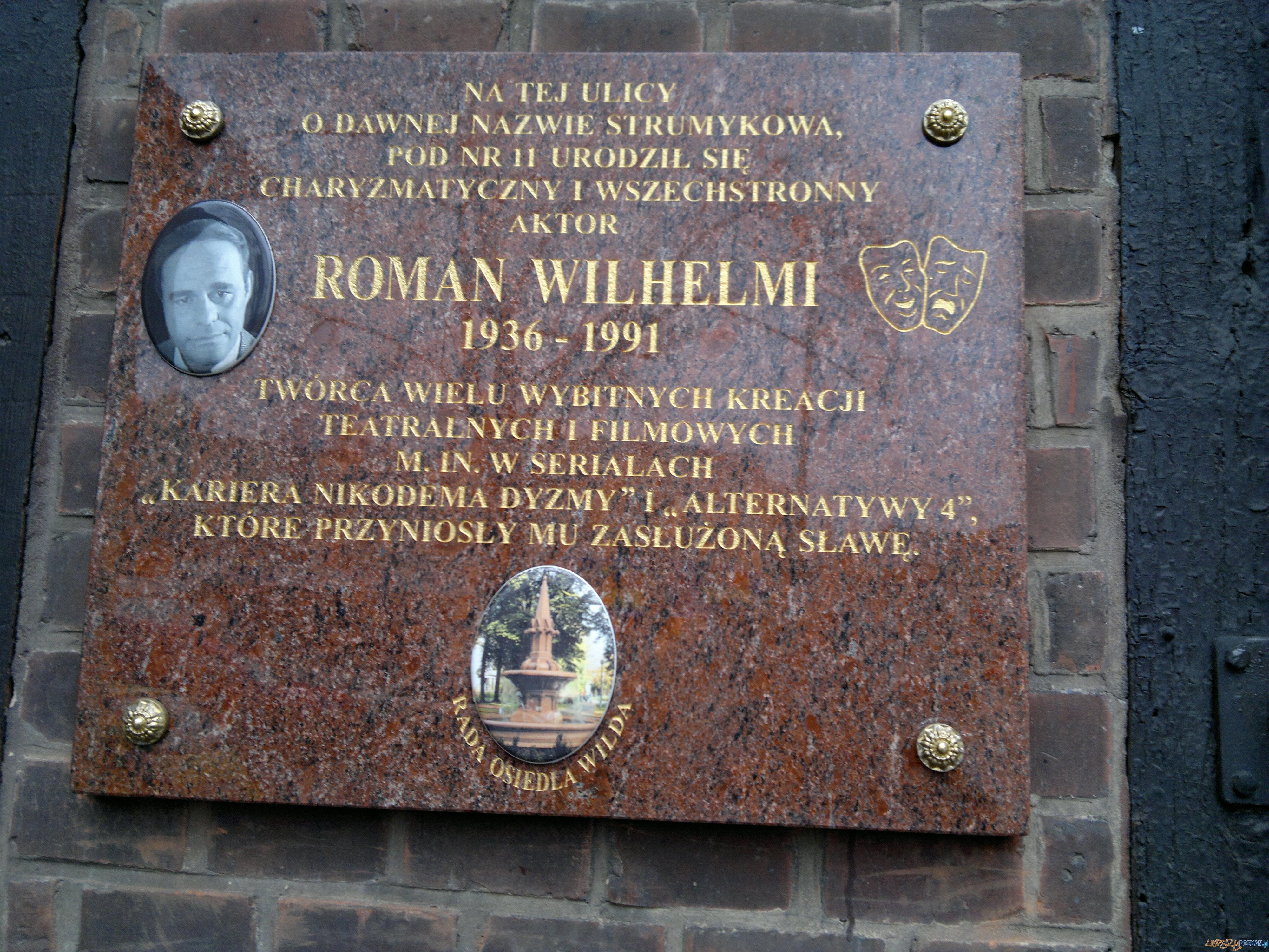 Tablica pamiątkowa Romana Wilhelmiego na ulicy Sikorskiego, kiedyś Strumykowej