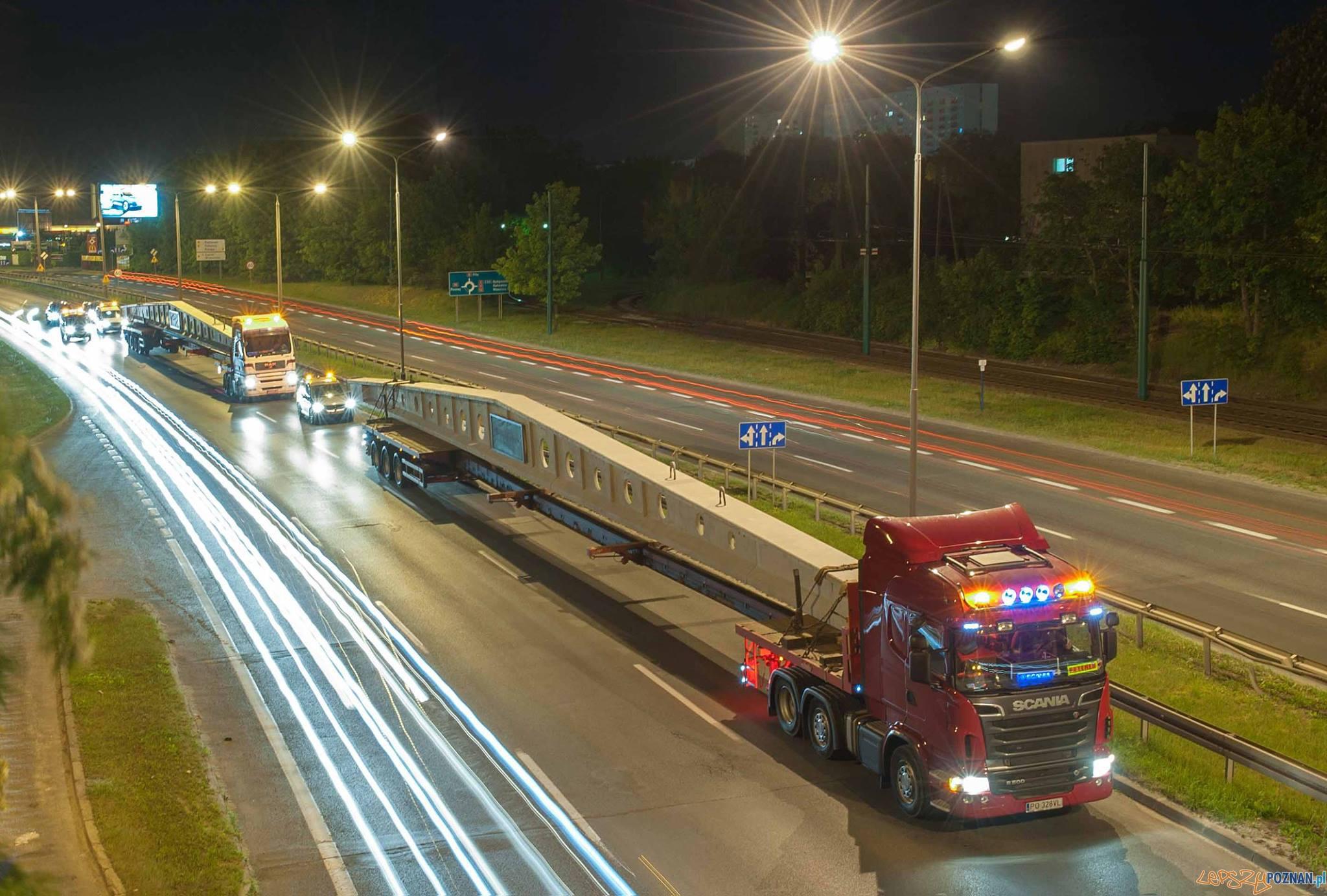 Transport dźwigarów o rekordowej długości 43 m.  Foto: Pekabex