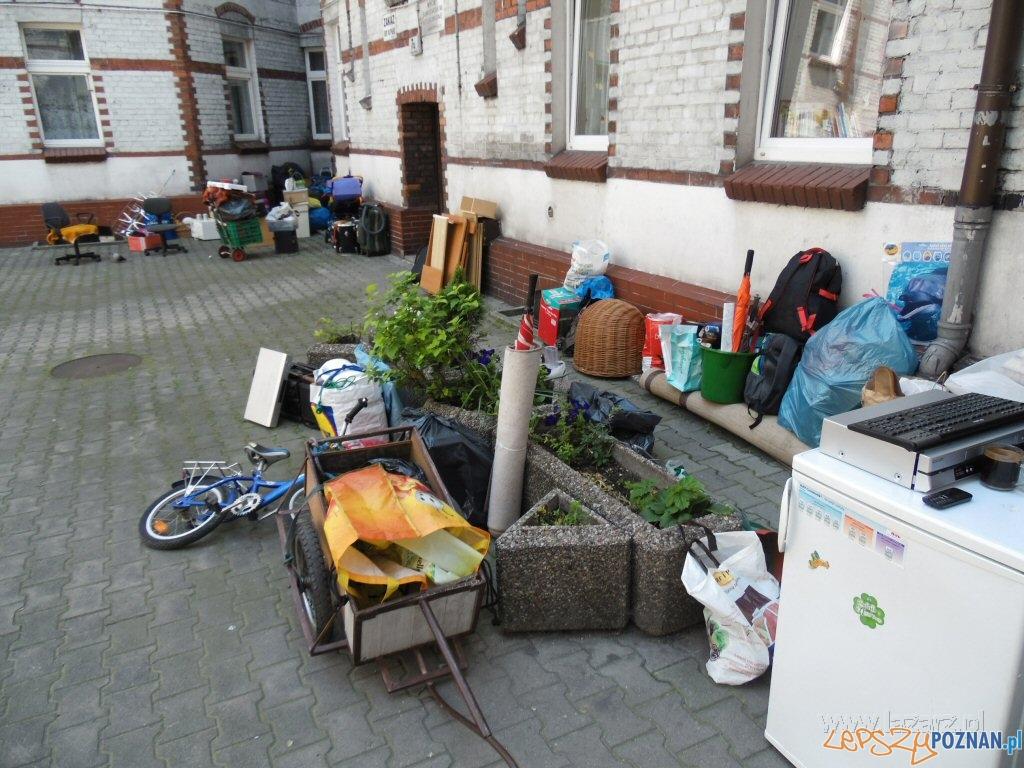 Wyrzuceni z mieszkania, koczowali na podwórzu  Foto: lazarz.pl / Janusz Ludwiczak