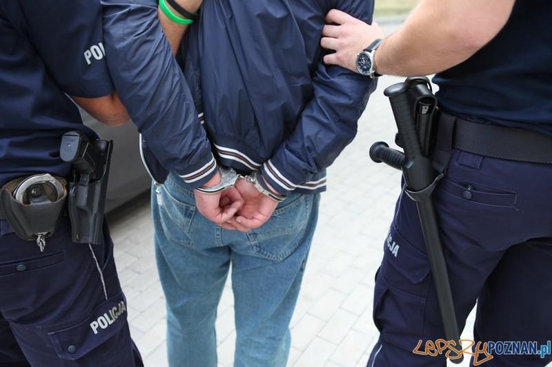 Kajdanki na rękach złodzieja  Foto: materiały policji
