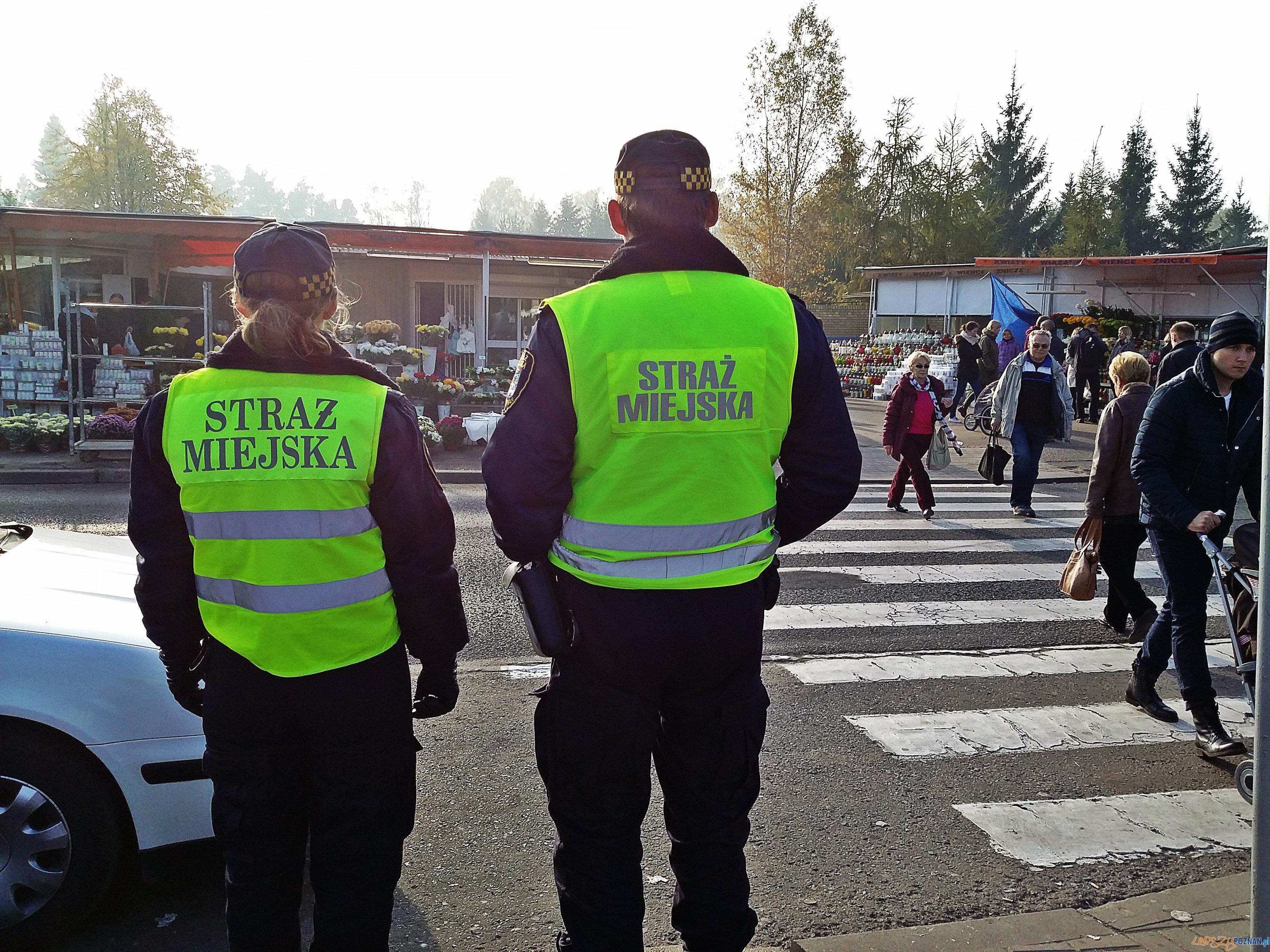 Strażnicy miejscy przy cmentarzu  Foto: lepszyPOZNAN.pl / tab