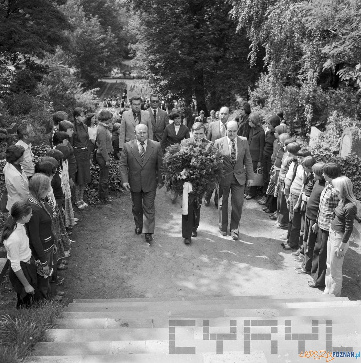 Uroczystość składania kwiatów pod pomnikiem PPR 1979 r.  Foto: Stanisław Wiktor / Cyryl