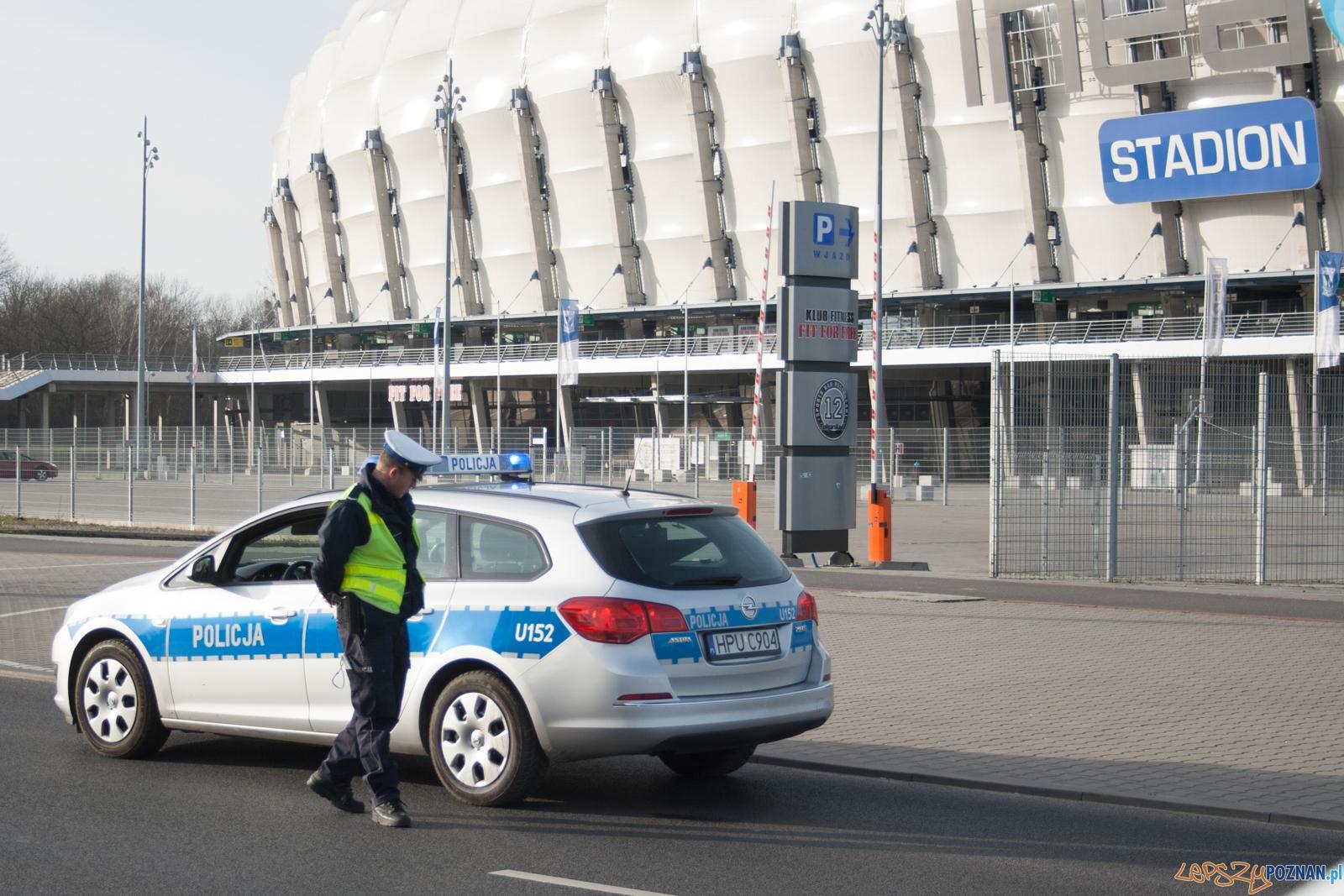Policja przy Inea Stadionie / policjant / radiowóz  Foto: © lepszyPOZNAN.pl / Karolina Kiraga