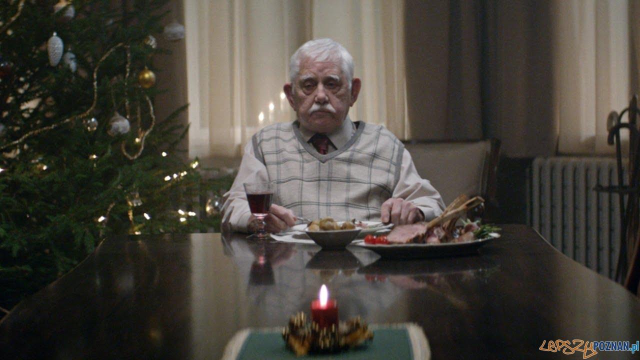 Samotny senior - kadr ze spotu reklamowego  Foto: