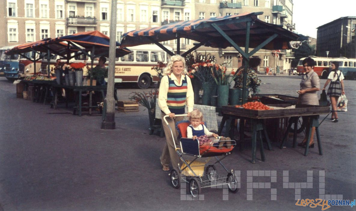 Teresa Adamkiewicz z córką Anią w czasie spaceru na Rynku Łazarskim - 1974  Foto: Archiwum Adamkiewiczów / Cyryl