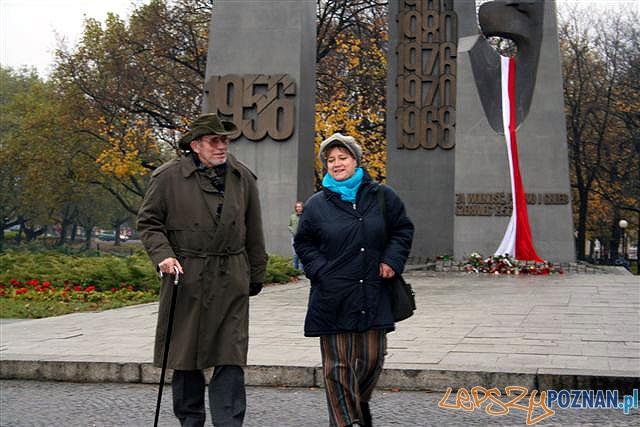 Marian Grześczak z córką Ingą przed Pomnikiem Czerwca 1956 w Poznaniu, 11 listopada 2007 r.  Foto: grzesczak.pl