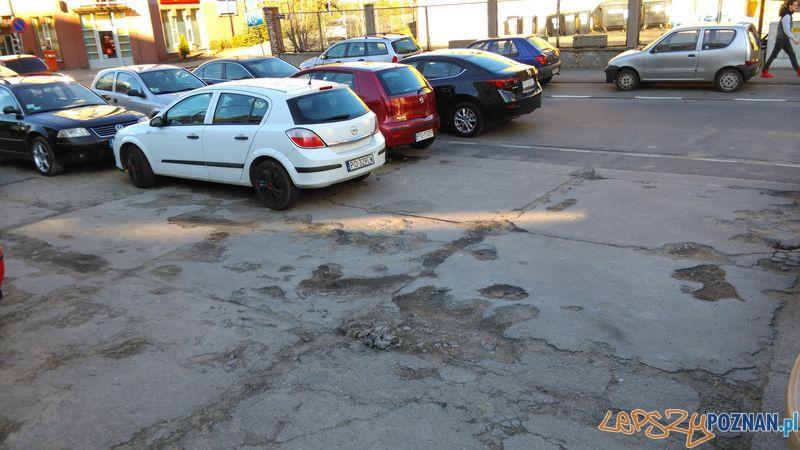 Dziura na dziurze - parking w centrum Poznania  Foto: