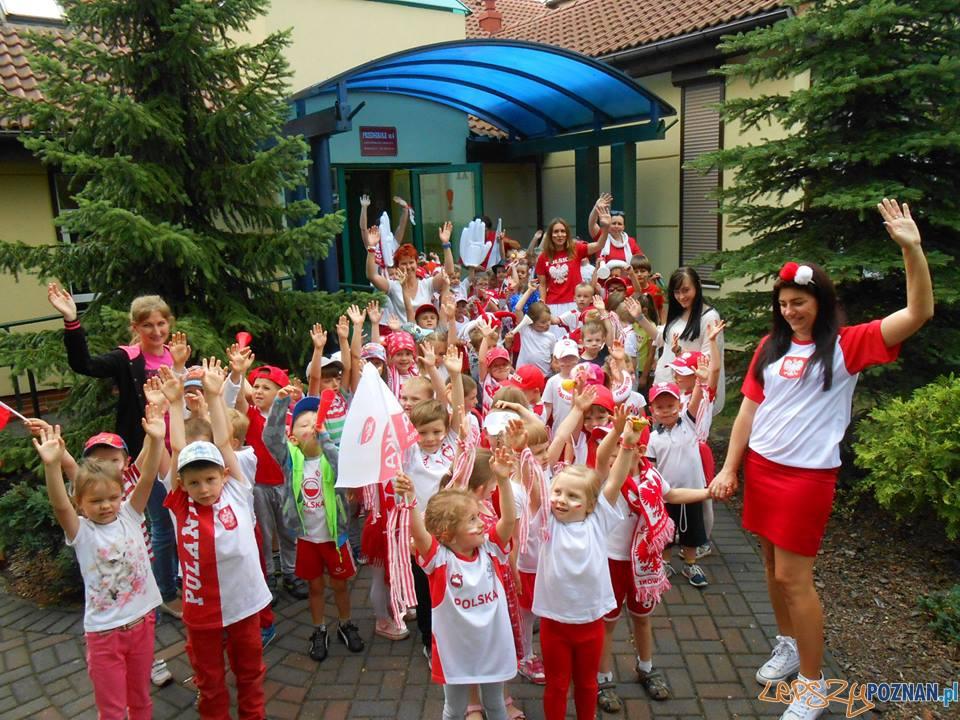Szybka migawka - doping dla biało-czerwonych  Foto: Przedszkole Antoninkowe Skrzaty