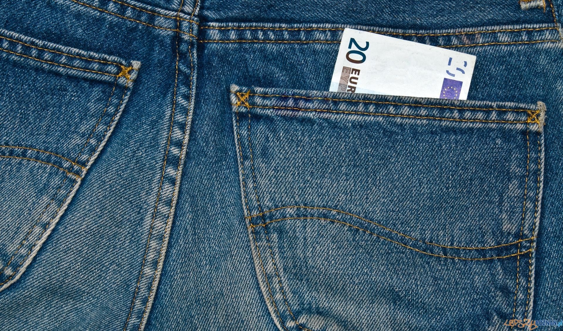 banknot w kieszeni  Foto: sxc / ilker