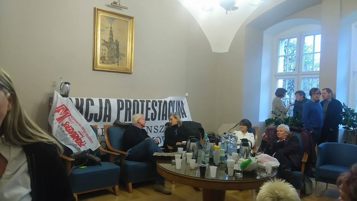 Związkowcy czekają na Prezydenta w jego gabinecie. Do jutra.  Foto: lepszyPOZNAN.pl