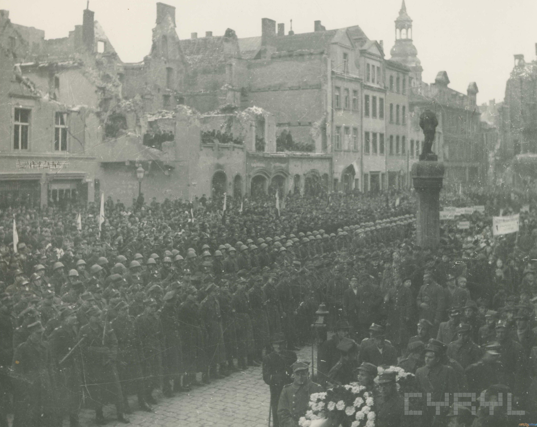 Uroczystość z okazji wznowienia odgrywania hejnału z wieży ratusza 27.12.1945  Foto: Zbigniew Zielonacki / Cyryl