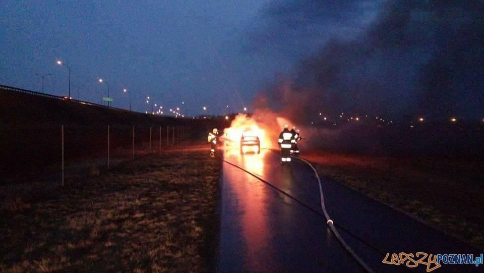 Pożar samochodu w Libartowie  Foto: OSP Kostrzyn