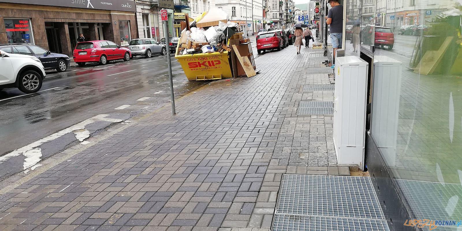 Garbary  - Źle wyremontowany chodnik  Foto: