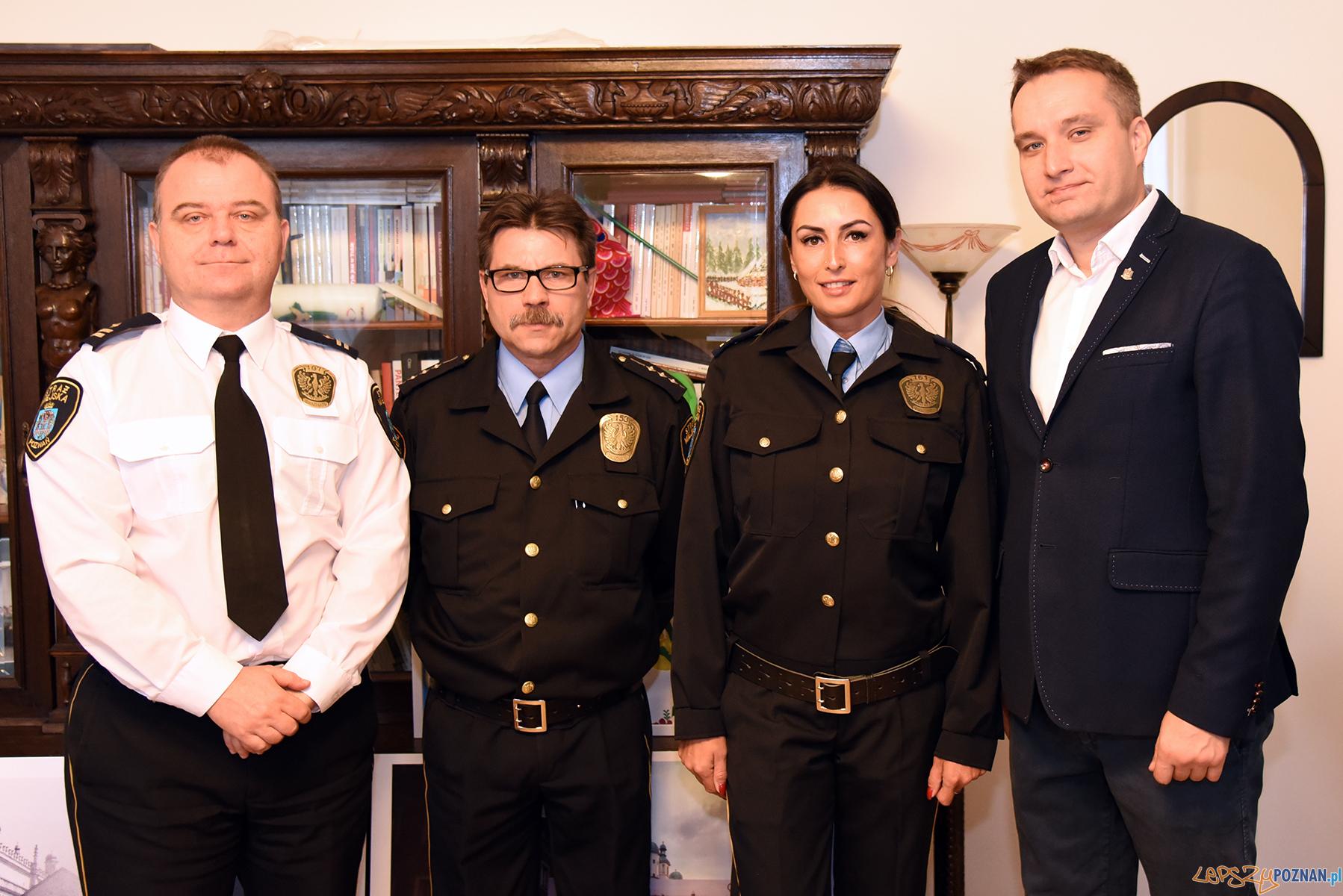 Zastępca prezydenta Poznania, Mariusz Wiśniewski podziękował strażnikom miejskim z referatu Północ  Foto: materiały prasowe / UMP