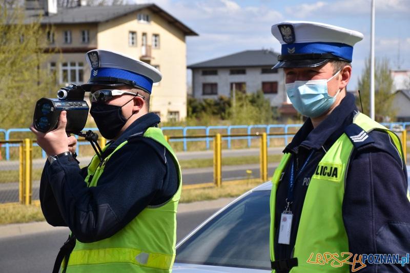 Policjanci w maseczkach ochronnych  Foto: KWP