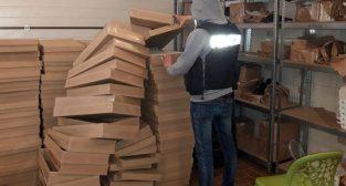 Produkcja podrobionych ćmików  Foto: KWP