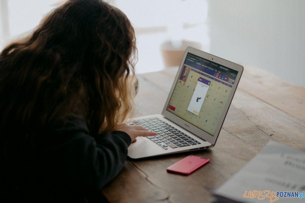 nauka online laptop uczeń  Foto: Annie Spratt