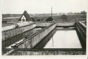 Osadniki i przepompownia osadu surowego na terenie Lewobrzeżnej Oczyszczalni Ścieków 1943 r.  Foto: Archiwum Aquanetu