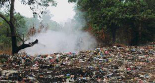 Dzikie wysypiska to prawdziwa plaga. Trafiają na nie m.in. plastikowe torby  Foto: Amest / materiały prasowe